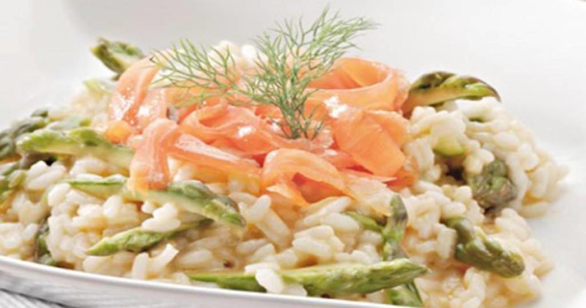 Risotto agli asparagi, con salmone e pistacchio di Bronte